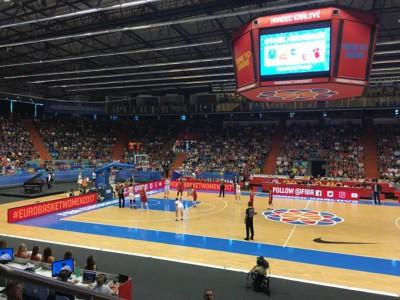 Zaplněná sportovní hala v Hradci vytvořila našim reprezentantkám skvělou atmosféru…