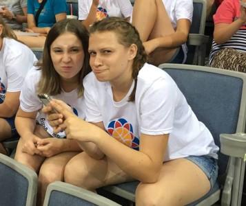 .. no, tyhle dvě fanynky k nám taky patří ..  :-) …. Štěpka a Barča